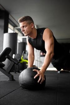 Medium shot man trainen met bal