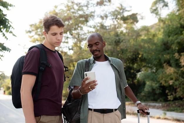 Medium shot mannen met smartphone