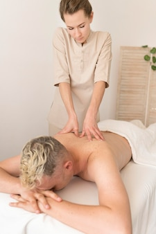 Medium shot masseuse aan het werk