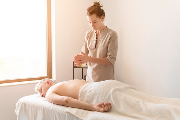 Medium shot masseuse zich klaar