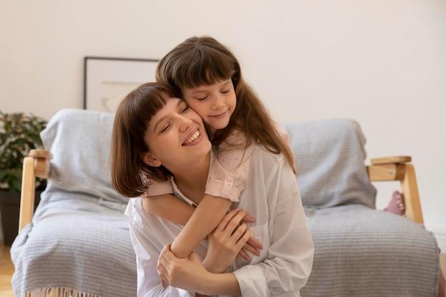 Medium shot meisje knuffelt moeder