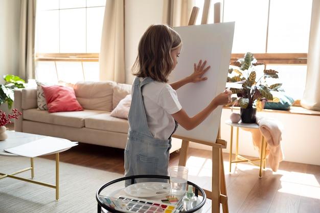 Medium shot meisje met canvas