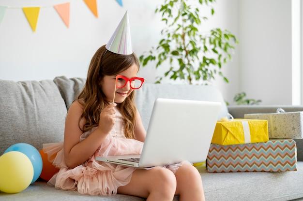 Medium shot meisje met laptop en bril