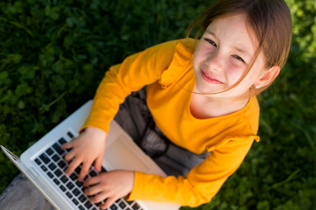 Medium shot meisje met laptop