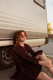 Medium shot meisje poseren buitenshuis
