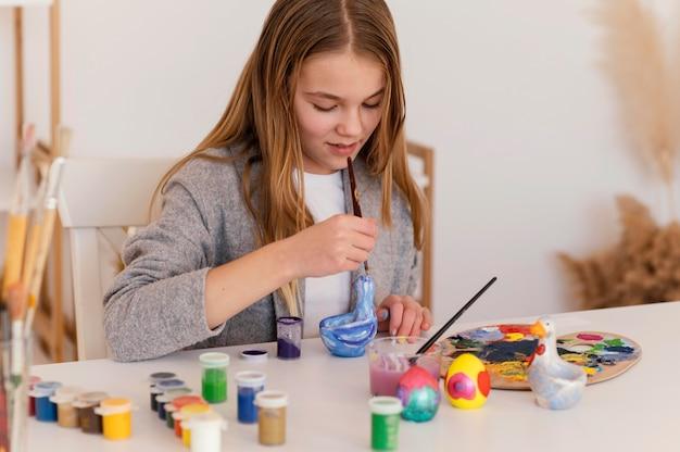 Medium shot meisje schilderij object