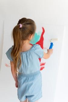 Medium shot meisje schilderij op canvas