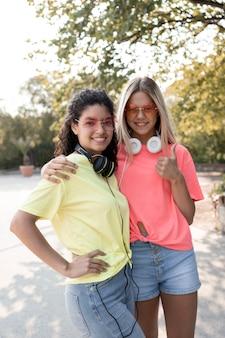Medium shot meisjes die samen poseren