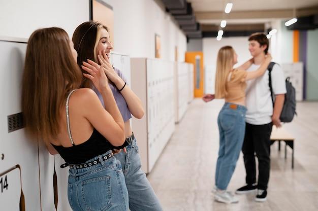 Medium shot meisjes en jongen op school
