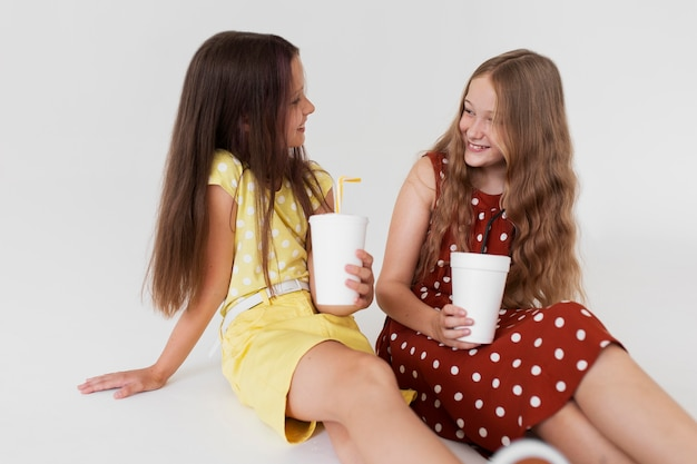 Medium shot meisjes met drankjes