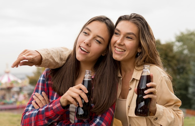 Medium shot meisjes met frisdrank