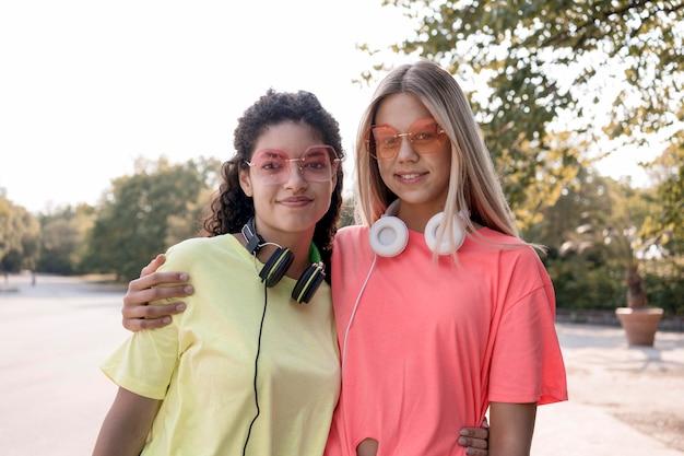 Medium shot meisjes met koptelefoon poseren