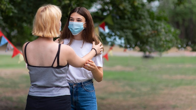 Medium shot meisjes met maskers
