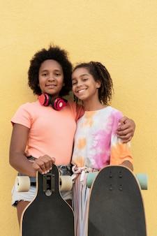Medium shot meisjes met skateboards