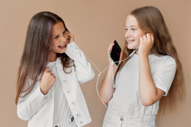 Medium shot meisjes met smartphones