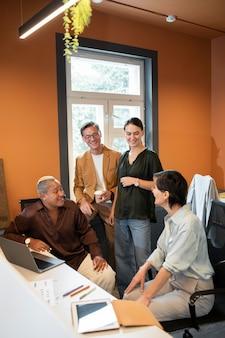 Medium shot mensen aan het chatten op het werk