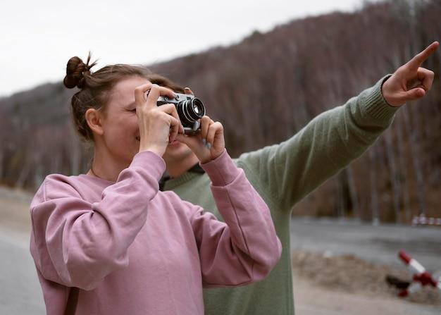 Medium shot mensen die foto's maken