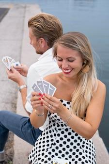 Medium shot mensen die kaarten spelen