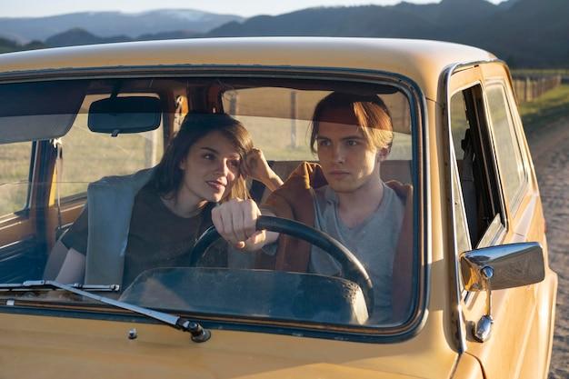 Medium shot mensen die met de auto reizen