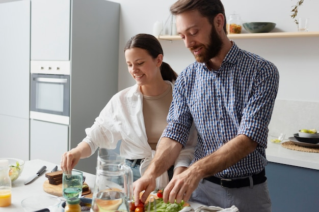 Medium shot mensen die samen koken