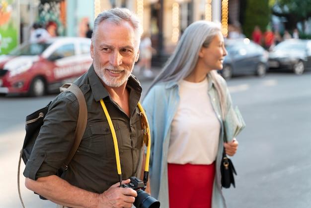 Medium shot mensen die samen lopen