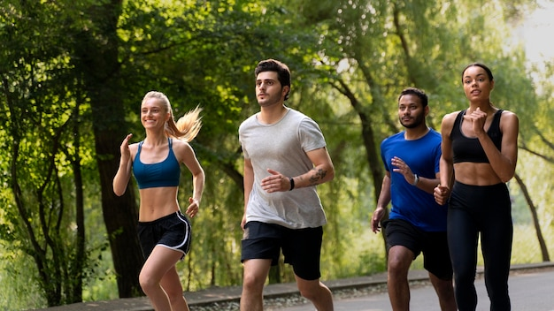 Medium shot mensen die samen rennen