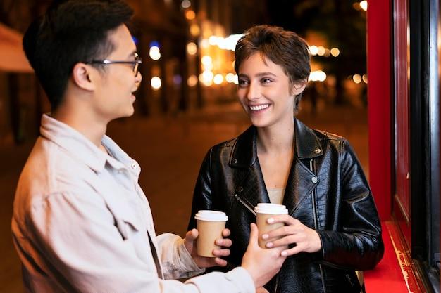 Medium shot mensen met koffiekopjes