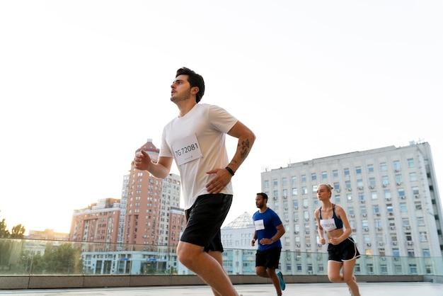 Medium shot mensen rennen in de stad