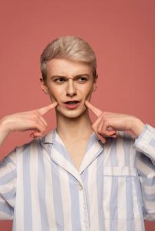 Medium shot model dat gezichten maakt