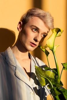 Medium shot model met bloemen