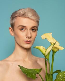 Medium shot model portret met bloem