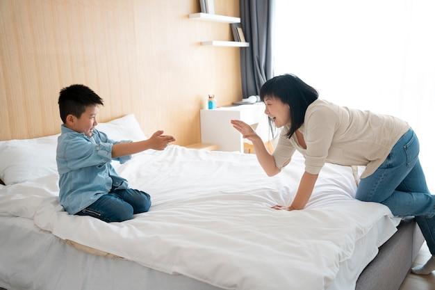 Medium shot moeder en kind aan het spelen
