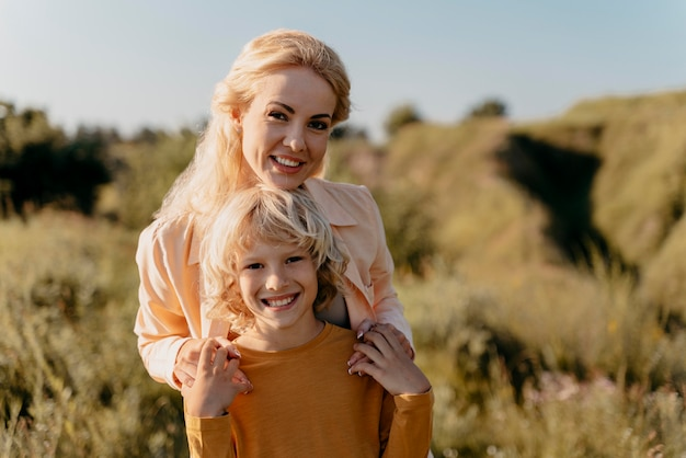 Medium shot moeder en kind poseren