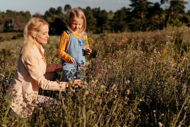 Medium shot moeder en meisje in de natuur