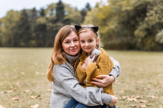Medium shot moeder en meisje poseren