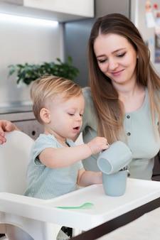 Medium shot moeder kijkt naar kind