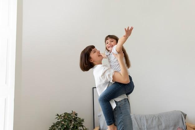 Medium shot moeder met meisje