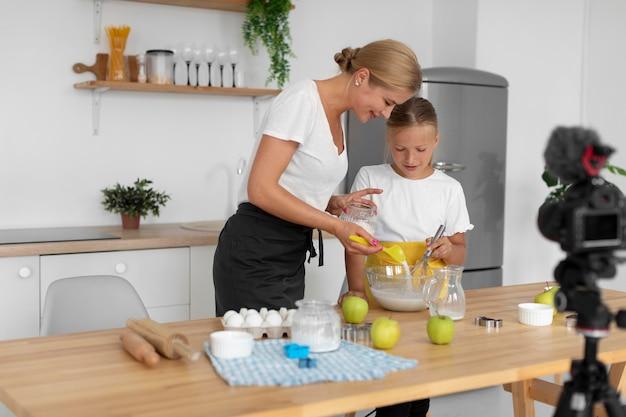 Medium shot moeder schenkt suiker