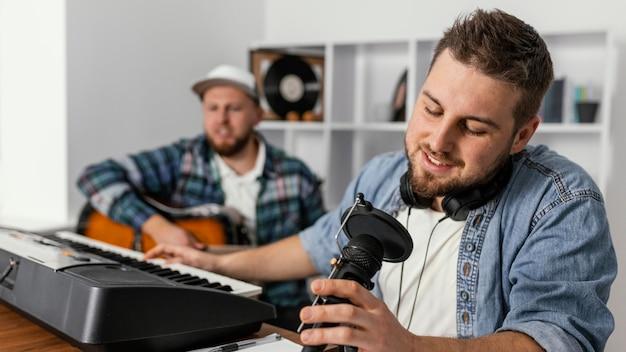 Medium shot muzikant zingt