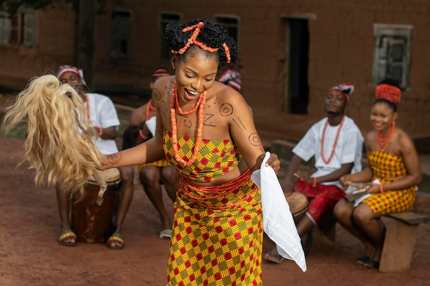 Medium shot nigeriaanse vrouw die buiten danst