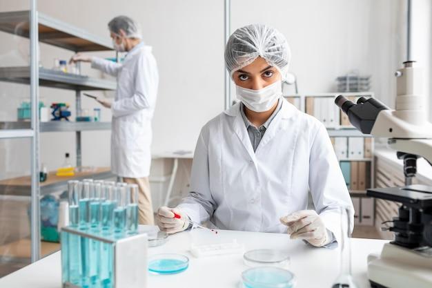 Medium shot onderzoeker in laboratorium