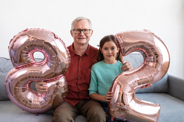 Medium shot opa en kleindochter