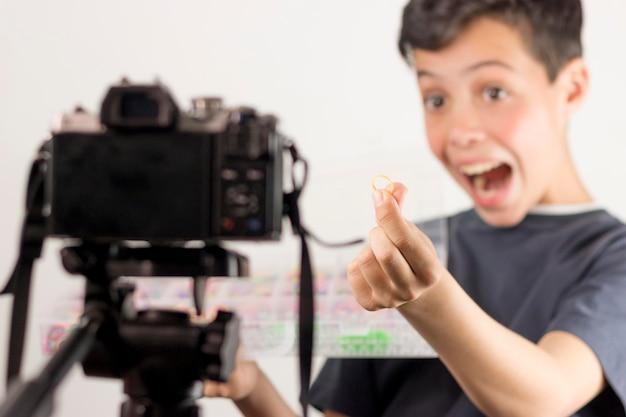 Medium shot opgewonden blogger met elastiek