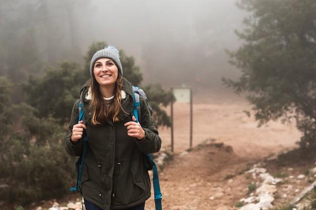 Medium shot opgewonden vrouw in de natuur
