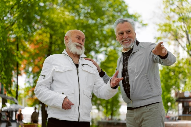 Medium shot oude mannen buitenshuis