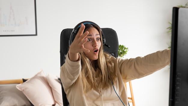 Medium shot overstuur vrouw die op de computer speelt