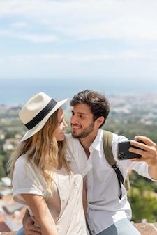 Medium shot paar dat selfies maakt