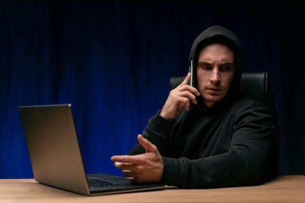 Medium shot programmeur die aan de telefoon praat