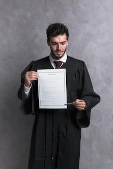Medium shot rechter in badjas met contract