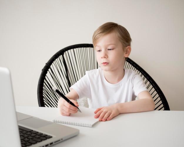 Medium shot rechtshandig kind schrijven
